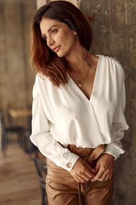 Elegancka bluzka damska z kopertowym przodem kremowa 5082