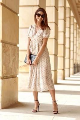 Zwiewna sukienka w groszki jasnobeżowa 4511