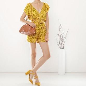 Żółty damski krótki kombinezon w kwiecisty wzór - Odzież