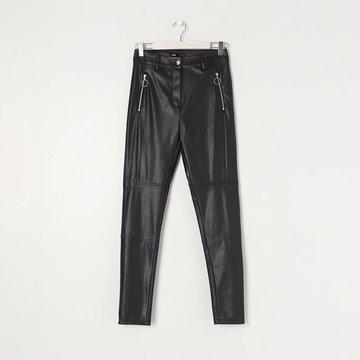 Sinsay - Spodnie slim fit z imitacji skóry - Czarny