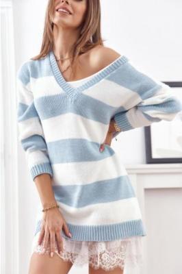 Długi sweter w pasy z dekoltem w serek niebieski 0522