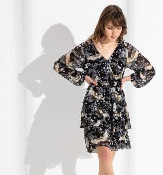 Sukienka we wzory z falbanką