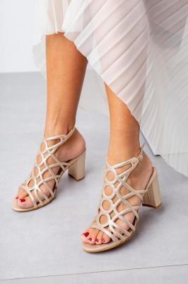 Złote sandały ażurowe błyszczące na słupku