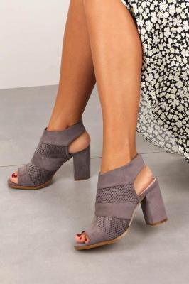 Szare sandały ażurowe zabudowane na słupku