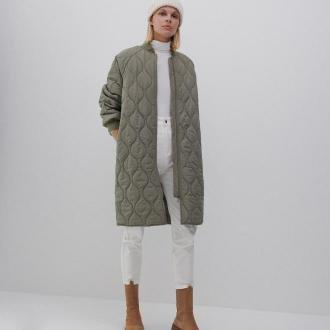 Reserved - Płaszcz z dekoracyjnym pikowaniem - Zielony
