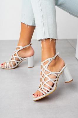 Srebrne sandały ażurowe błyszczące na słupku