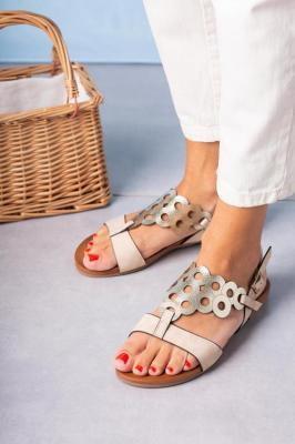 Beżowe lekkie sandały płaskie ażurowe błyszczące