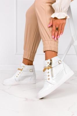 Białe sneakersy lakierowane z łańcuszkiem na ukrytym koturnie polska skóra Casu 2351