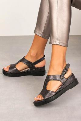 Czarne sandały na koturnie błyszczące