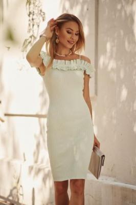 Dopasowana sukienka z falbaną na dekolcie pistacjowa 08372