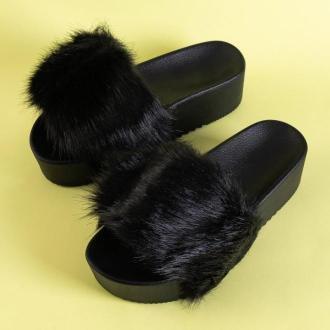 Czarne damskie klapki na platformie z futerkiem Lorina - Obuwie