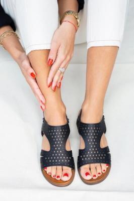 Czarne sandały płaskie ażurowe