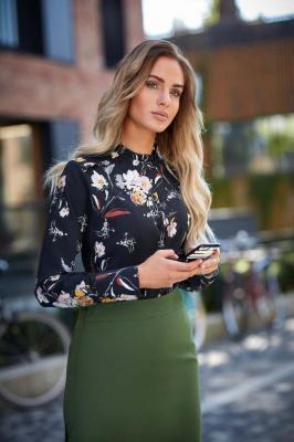 Czarna Koszulowa Bluzka w Kolorowe Kwiaty z Falbankami