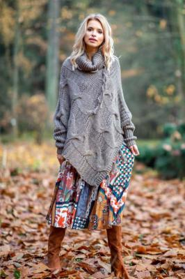 Mocca Ciepłe Poncho-Sweter z Frędzlami