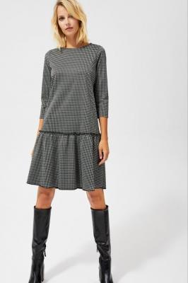 Sukienka w pepitę z falbaną