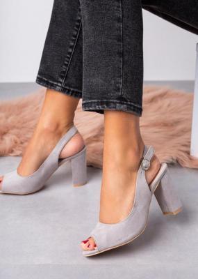 Szare sandały na słupku