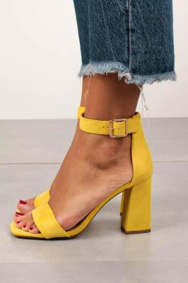Żółte sandały na słupku z paskiem wokół kostki