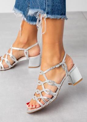 Srebrne sandały błyszczące ażurowe na słupku