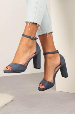 Niebieskie sandały na słupku