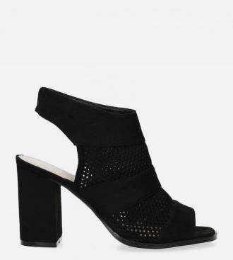Czarne sandały ażurowe zabudowane na słupku
