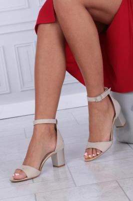 Beżowe sandały skórzane błyszczące na słupku z zakrytą piętą i paskiem wokół kostki Casu 394