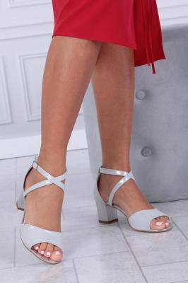 Srebrne sandały skórzane błyszczące na słupku z paskami na krzyż Casu 393