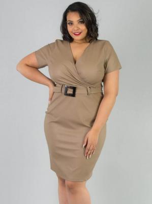 Sukienka ołówkowa z eko skóry z ozdobną klamerką PETARDA beżowa