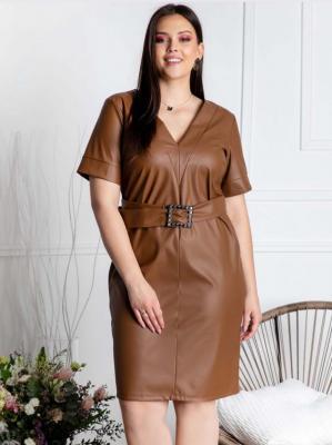 Sukienka biznesowa ołówkowa eko skóra pasek z ozdobną klamerką SAMANTA brązowa PROMOCJA