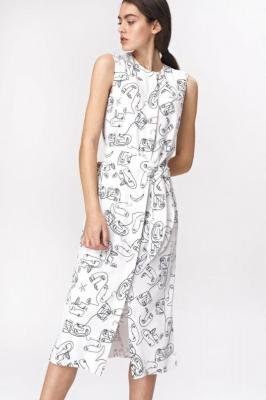 Elegancka sukienka midi z rozcięciem i paskiem