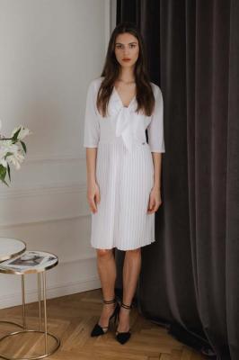 Biała Elegancka Sukienka z Plisowanym Dołem