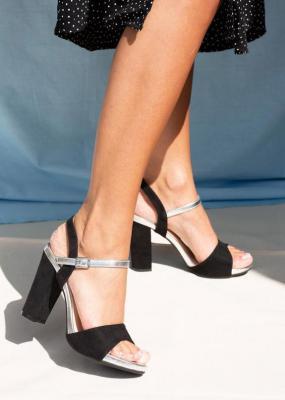Czarne sandały na szerokim słupku