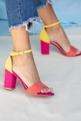 Fuksjowe sandały na słupku z zakrytą piętą