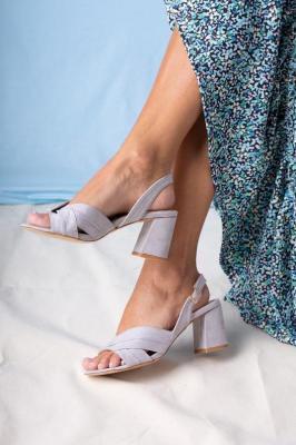 Szare sandały na słupku ze skórzaną wkładką