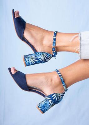 Granatowe sandały na ozdobnym słupku