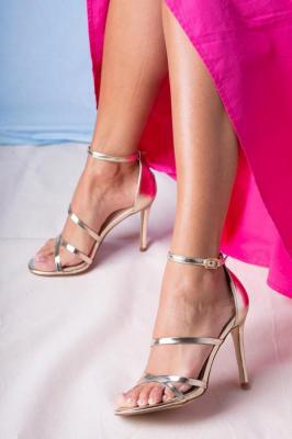 Złote sandały szpilki błyszczące