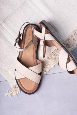 Beżowe sandały płaskie z paskami na krzyż
