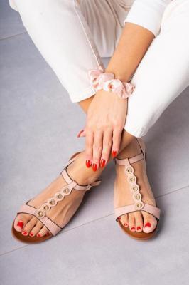 Różowe sandały płaskie z paskiem przez środek