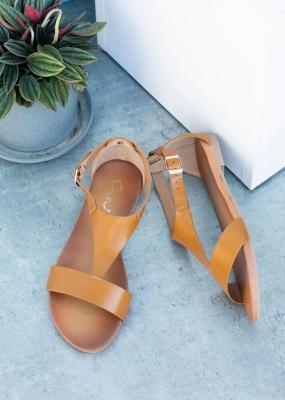 Camelowe sandały płaskie z zakrytą piętą