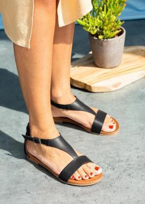 Czarne sandały płaskie z zakrytą piętą