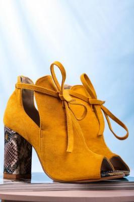 Żółte botki wiosenne peep toe na słupku z ozdobnym wiązaniem wzór wężowy Casu 270