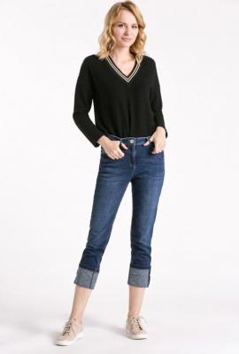 Jeansy z podwiniętymi nogawkami