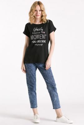 T-shirt z połyskującym napisem z dżetami