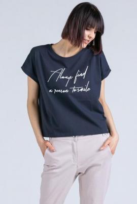 T-shirt z ozdobnym napisem