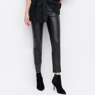 Reserved - Dopasowane spodnie z imitacji skóry - Czarny