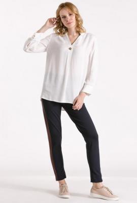 Koszulowa bluzka z ozdobnym guzikiem