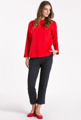 Sweter z ozdobną broszką