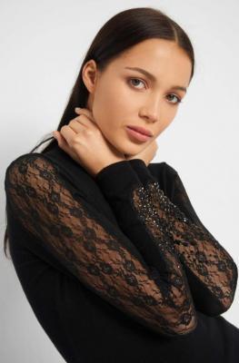 Sweter z koronkowymi rękawami