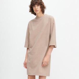 Reserved - Dzianinowa sukienka ze stójką - Beżowy