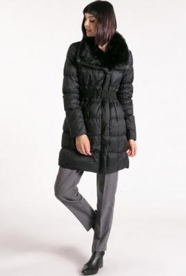 Płaszcz z obfitym kołnierzem