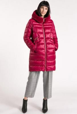 Pikowany płaszcz z futerkowym obszyciem